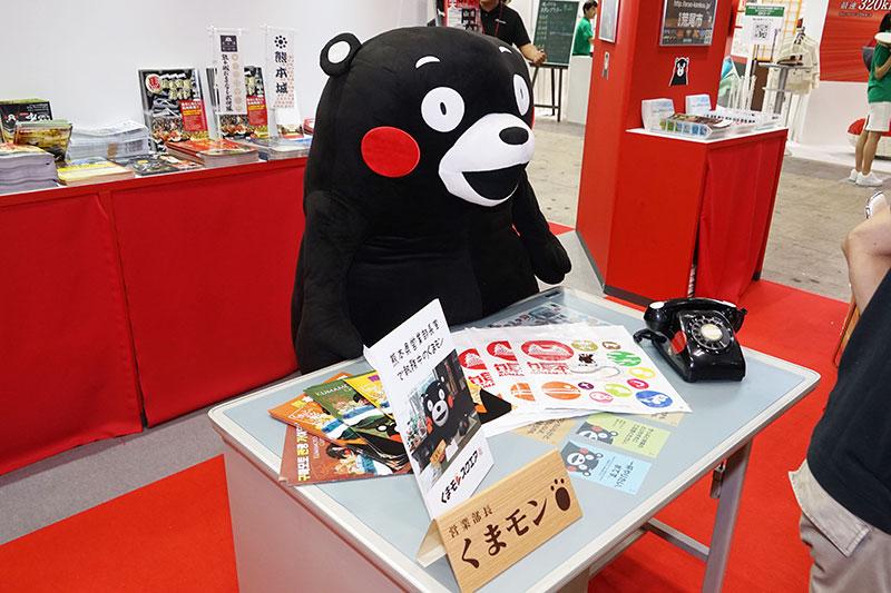 熊本ブースは営業部長くまモンの実物大ぬいぐるみがお出迎え