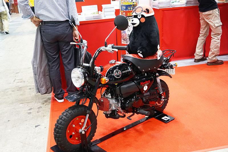 ホンダの原付バイク「モンキー・くまモン バージョン」の展示