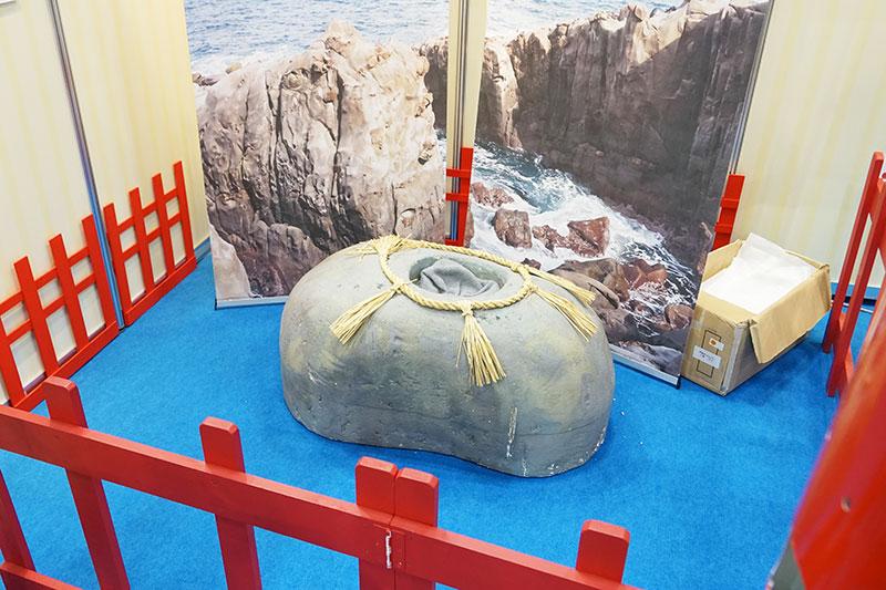 「亀石」の背中に四角いくぼみがあり、そこに運玉を投げ入れる