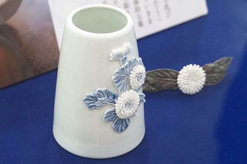 「菊花飾細工」という立体的な菊を表現する技法を使っている