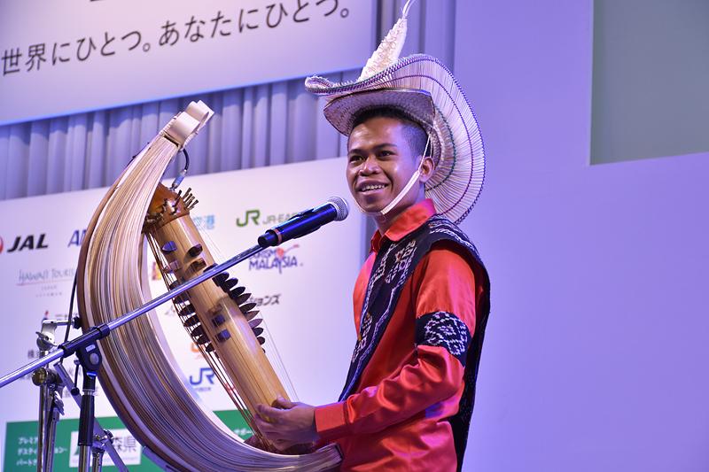東ヌサ・トゥンガラの伝統楽器「ササンドゥ」の演奏