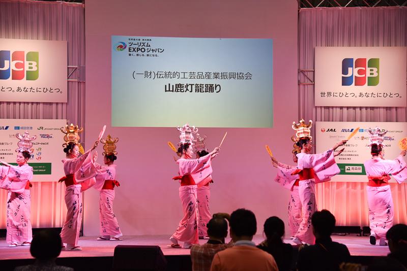 金灯籠を掲げた8名が民謡『よへほ節』などを舞った。毎年2日間に渡り開催される「山鹿灯籠祭り」内で「千人灯籠踊り」は踊られる