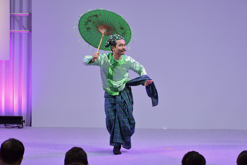 中年男女の駆け引きをコミカルに描く伝統舞踊