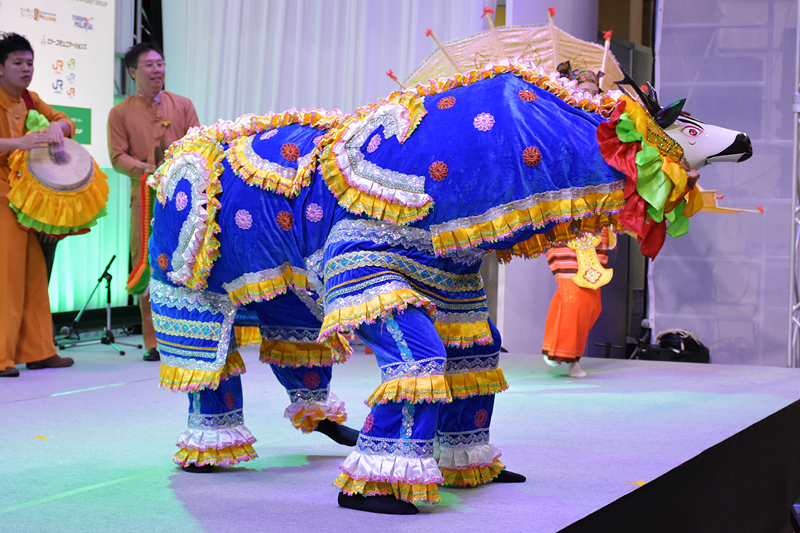 羊の踊り。頭部は鹿とのこと。日本の獅子舞のように2人で踊る。お札を食べさせると縁起がよいらしく、何人もの観客が千円札を食べさせていた
