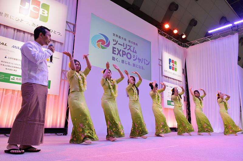 ミャンマーからの留学生による水掛け祭の踊り