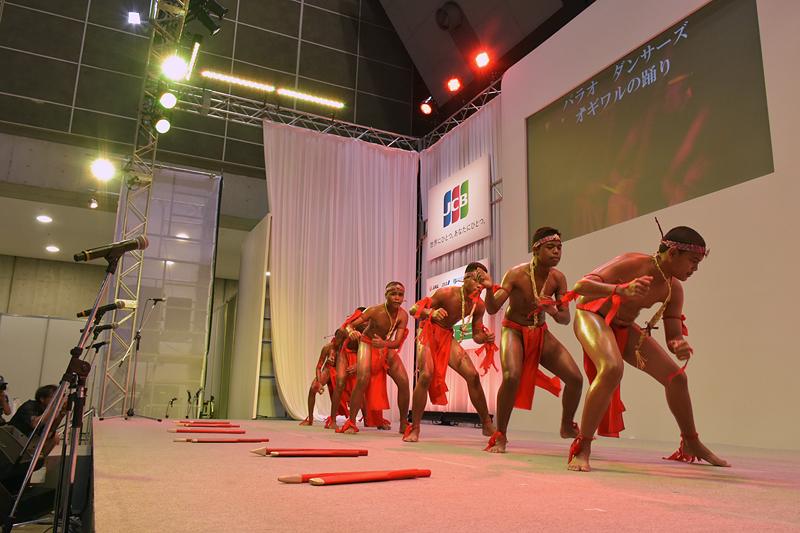 祖先の魂に呼びかけ、勝利を導くというオギワルの踊り