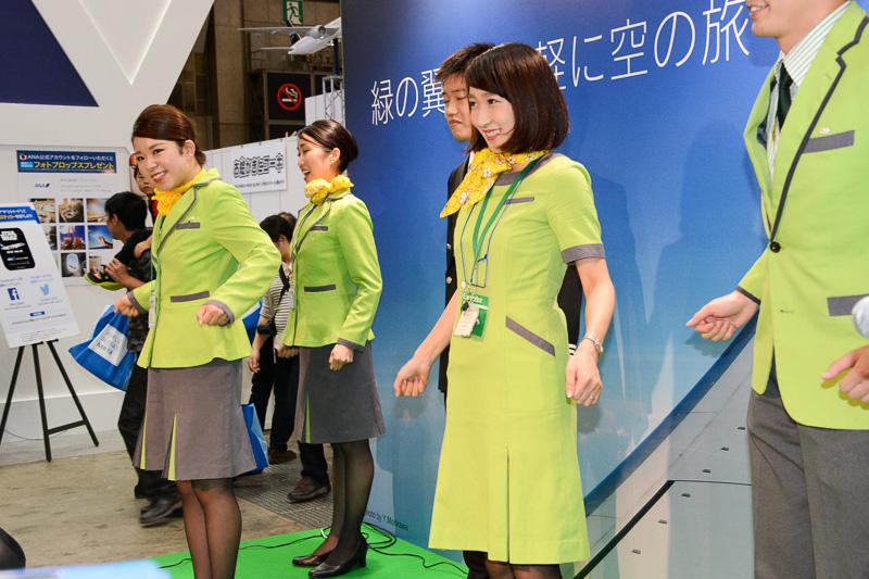 パイロットやCAによるストレッチ体操の紹介や往復航空券が当たる○×クイズも実施した