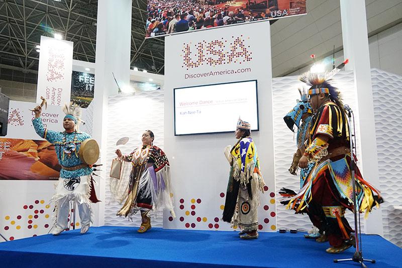 ステージではさまざまな催しが行なわれていた。ネイティブアメリカンダンス「Kah-Nee-Ta」