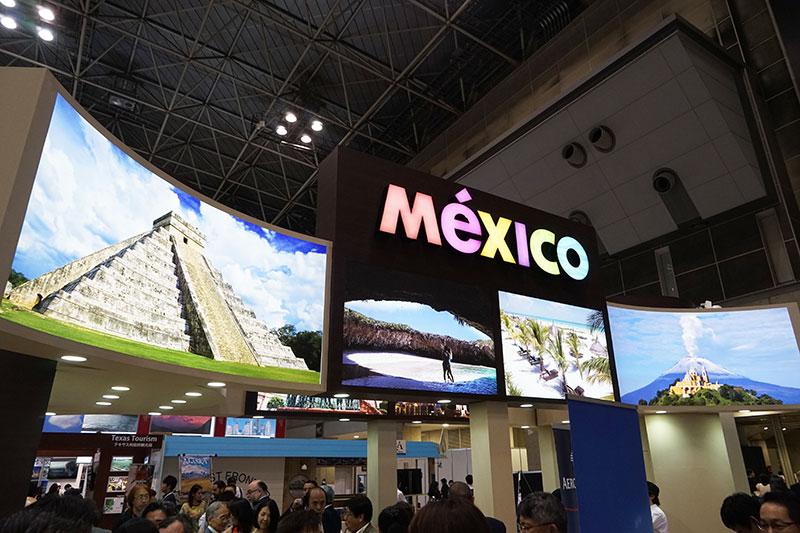 ブース上部に観光地の写真を大きく表示。左はマヤ遺跡