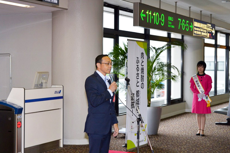 最初に、都城市長の池田宜永氏が挨拶。「地元のエアラインと協力してアピールできることに意義を感じています。沢山の観光客の方々に満足してもらえる自信はある」とアピール