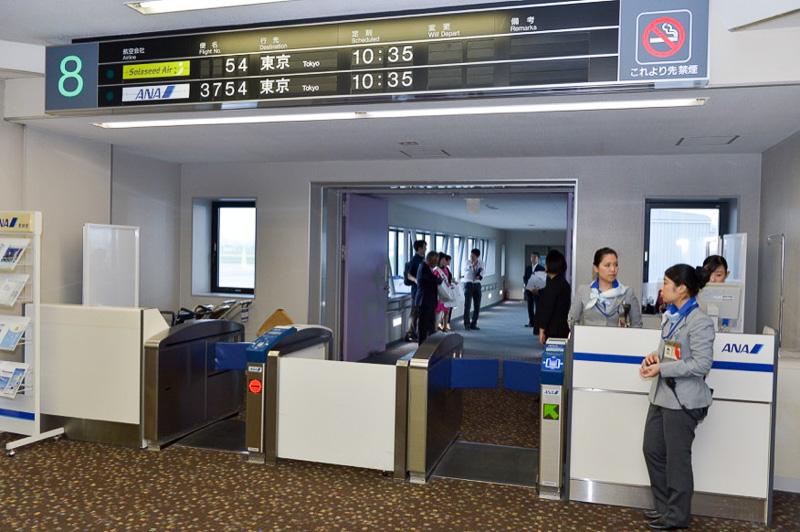 式典終了後、8番ゲートでは搭乗受付けの準備が始まる。54便はANAとの共同運航便