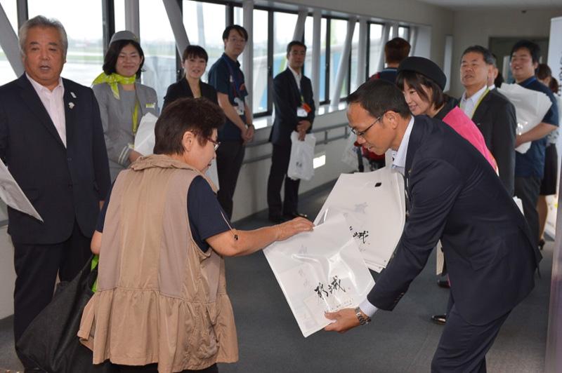 都城号に搭乗する乗客にむけて、市長をはじめスタッフより記念品の贈呈が行なわれた