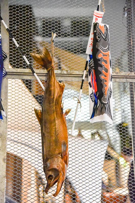 吊るされた本物の塩引き鮭たちが目印だ
