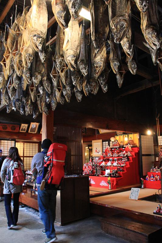 軒下に吊るされた鮭たち。塩引き鮭は1ヶ月ほど吊るして発酵させている(写真提供:新潟県村上市)