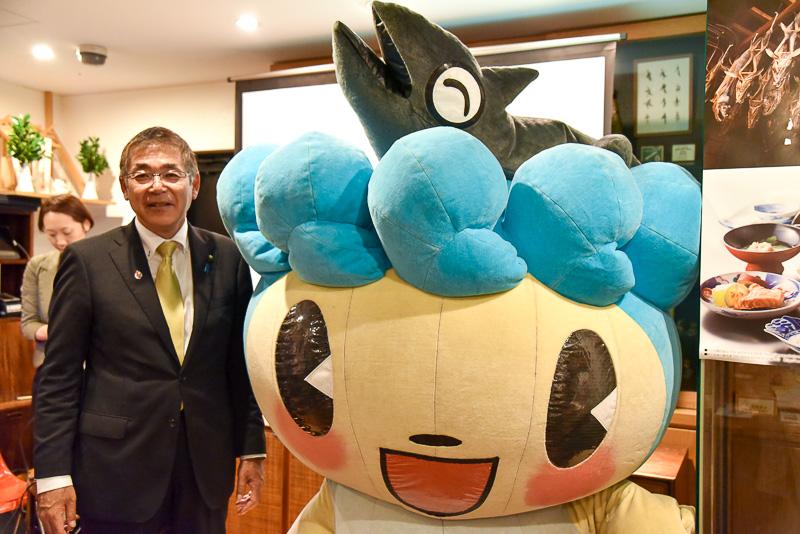 新潟県村上市 市長 高橋邦芳氏(左)と村上市観光キャラクター「サケリン」(右)