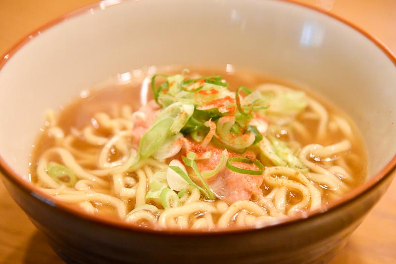「塩引き鮭のラーメン」は太めの麺とあっさりスープで塩引き鮭の美味しさも存分に楽しめるメニュー。お酒の後の一杯にぴったり