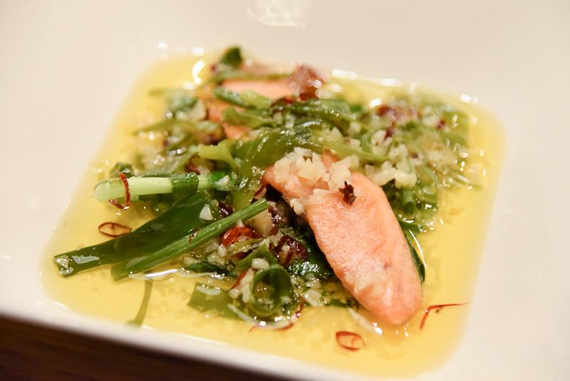 「塩引き鮭のカリカリ焼き アーリオ・オリオ・ペペロンチーノソース」はカリカリとした鮭の食感と濃厚ソースでやみつきになるほどの美味しさ