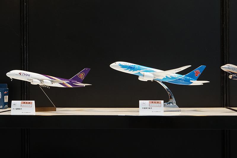 航空機模型が多数並んでいるが、多くはファンが落札済み