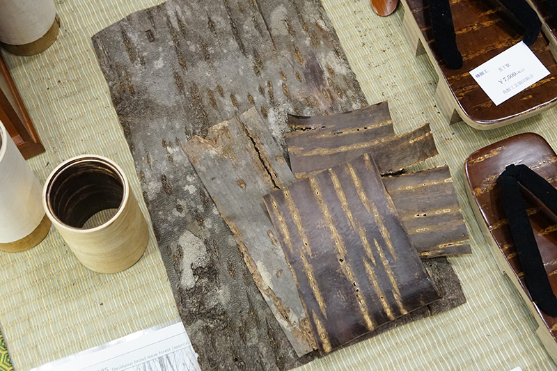 樺細工に使われる樹皮の展示
