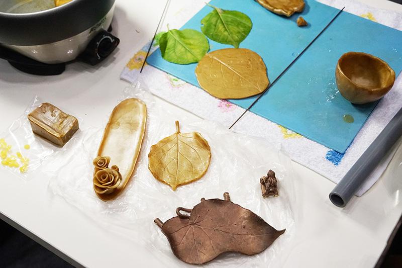 高岡銅器の小物製作中