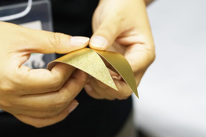 このように薄い和紙からできている