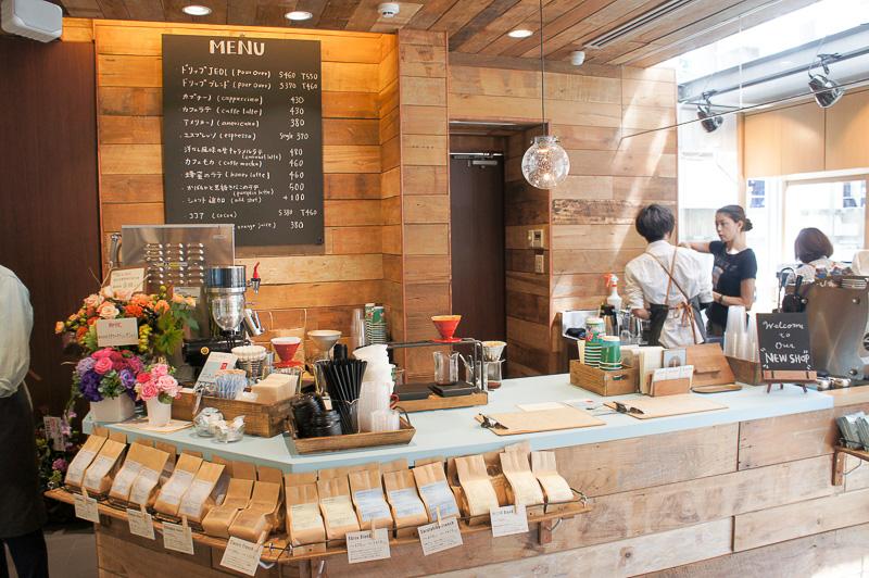 1階はスペシャルティコーヒーを提供する「猿田彦珈琲」のフロア