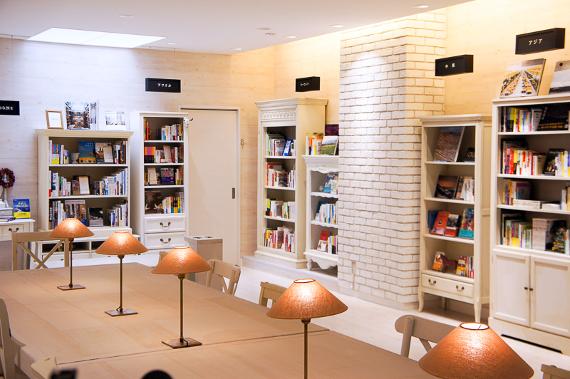 """地下1階への中間階には、ブックディレクター幅允孝氏がセレクトした""""旅の妄想が広がる""""書籍を販売する書店「旅にでる理由 by H.I.S.」"""