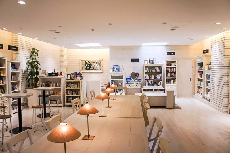 書店「旅にでる理由 by H.I.S.」は図書館のような固いイメージはなく、白壁とやさしい木目にほっとする