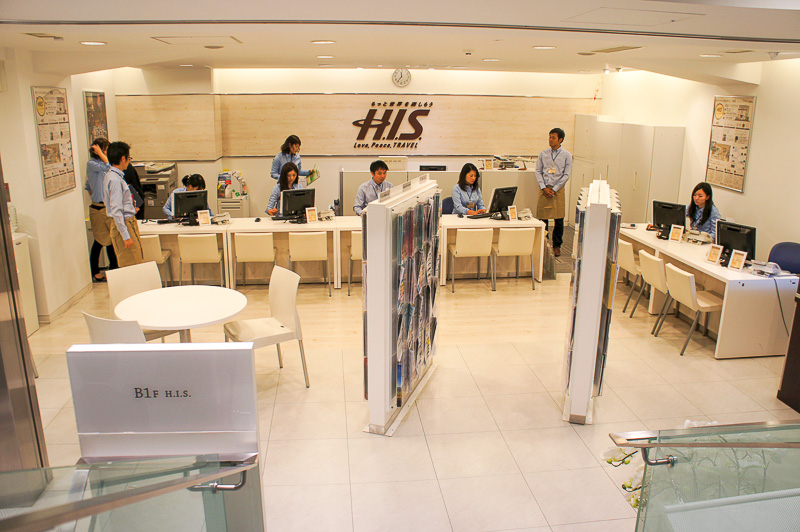 地下1階の「H.I.S.」カウンター