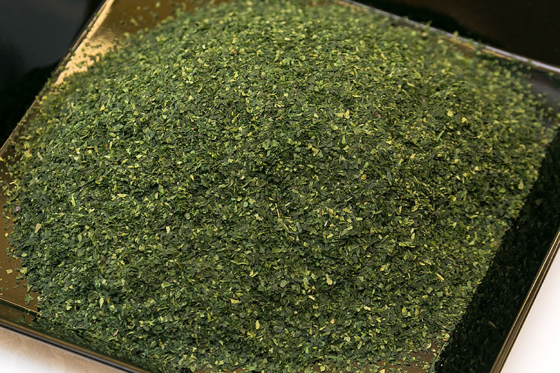 茶葉は深い緑色
