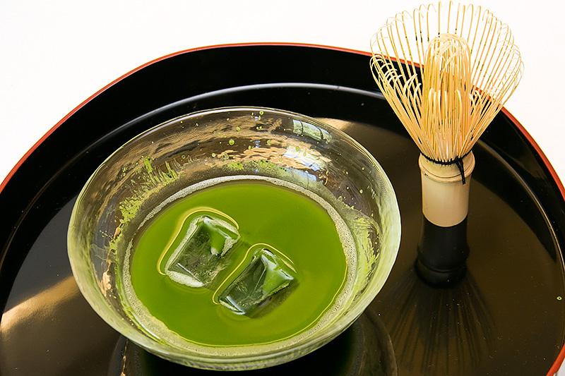 抹茶を茶筅で泡立てて氷を浮かべて味わう「冷抹茶」