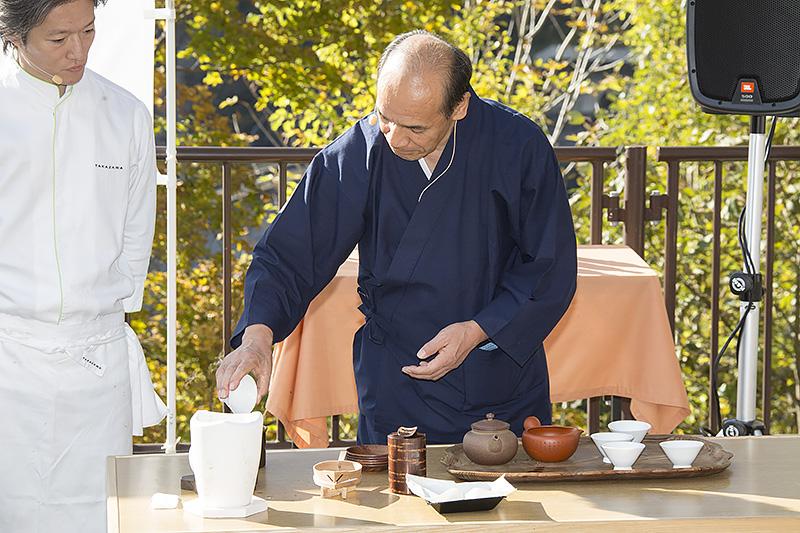 茶碗を温めていたお湯を捨てる。「左手で茶碗を取る」「右手に持ち替え」「右手で捨てる」と3手で行うのが丁寧
