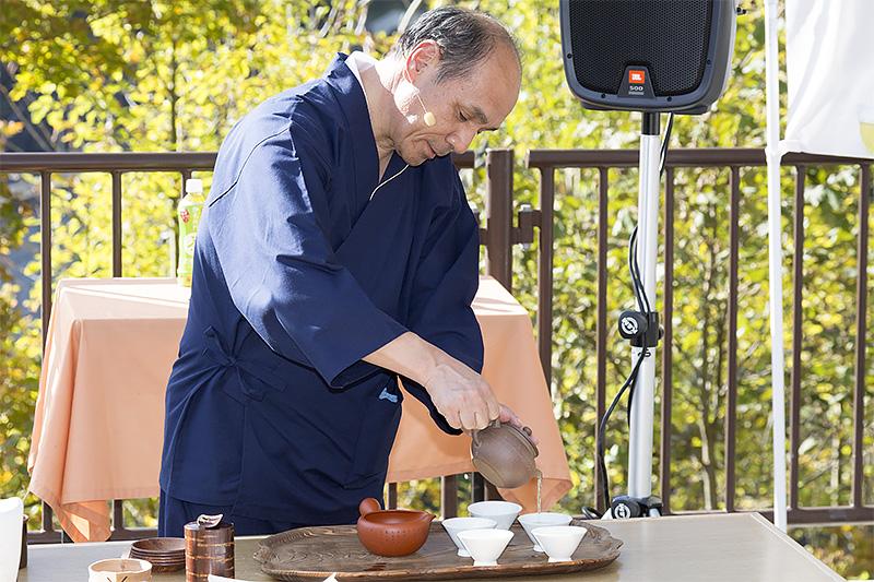 1分ほど抽出して茶碗へ。注ぐのは1を主賓用として5~1~5の順。回し注ぎで濃度を均一にする