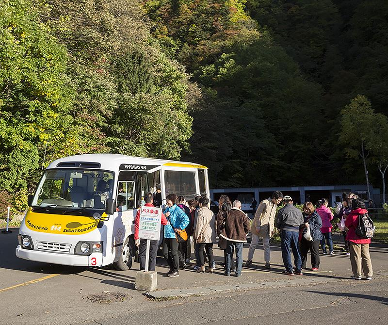 豊平峡へは駐車場から電気バスでアクセスする