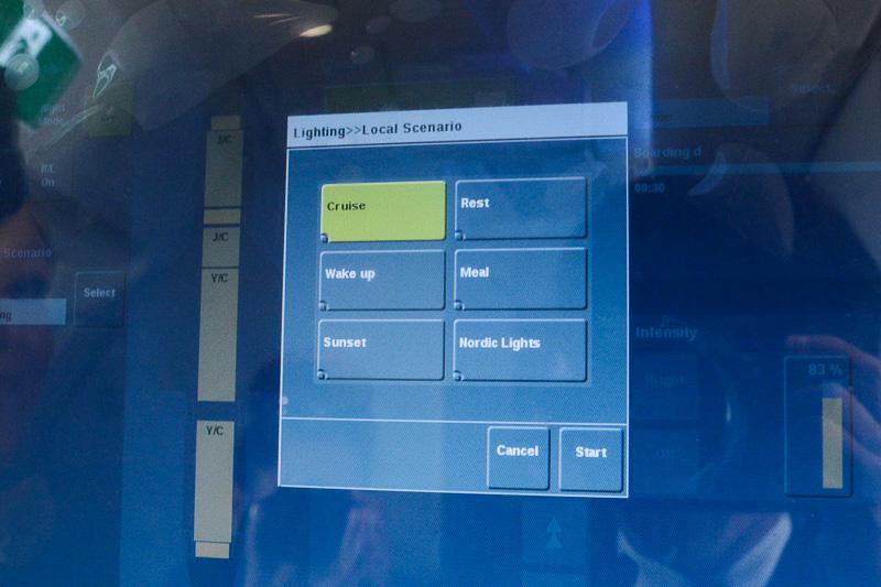 室内照明の制御はタッチパネルのコントローラで、ビジネスクラス、エコノミークラス別に設定可能