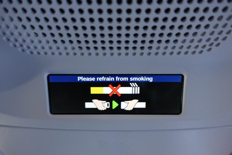 シートベルトサインなどは液晶もしくは有機ELと見られるディスプレイに表示されていた