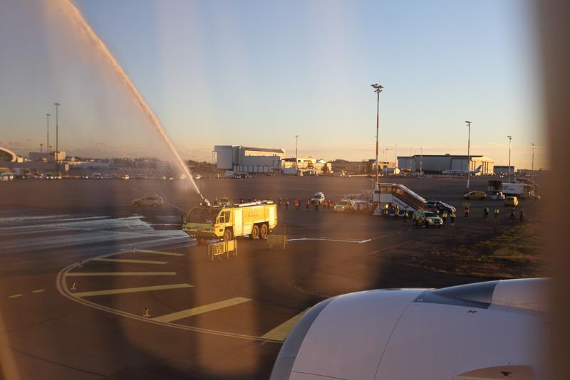 駐機場への到着直前に、消防車によるウォーターキャノンによる出迎えを受けた
