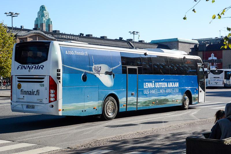 フィンエアーが運行している空港~市内間のシャトルバス。通常は車体側面にもフィンエアーのロゴが描かれているが、A350ラッピングバスも走っていた