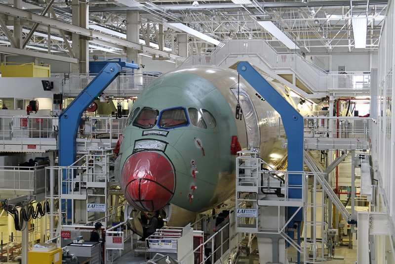 3つに分かれて製造された胴体を結合する工程。ここでランディングギアも取り付けられる
