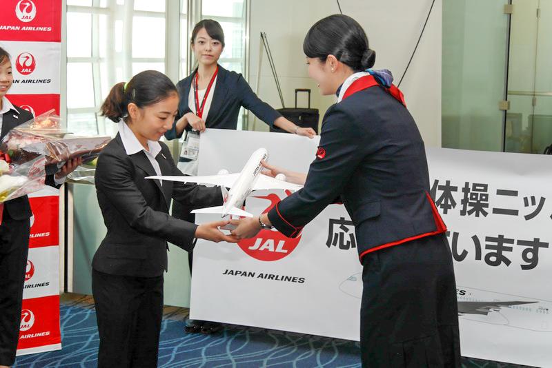 寺本選手にはJALのモデルプレーンも贈呈された