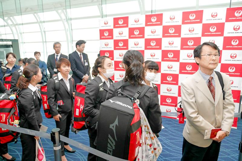 搭乗開始を待つ体操女子日本代表選手団
