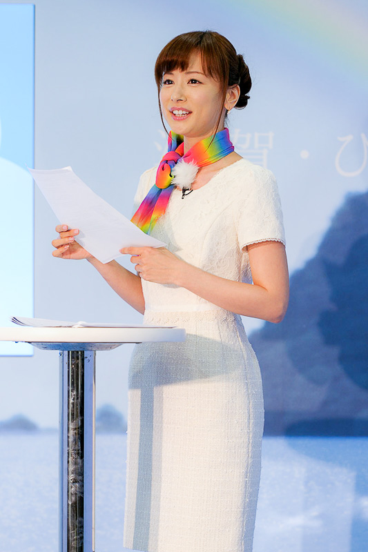 記念すべき第1回の虹予報を伝えた皆藤愛子さん。朝の情報番組で天気予報を伝える「お天気キャスター」を長く務めていたことで有名だが、現在はスポーツや経済番組のMCも含め、幅広い分野で活躍している