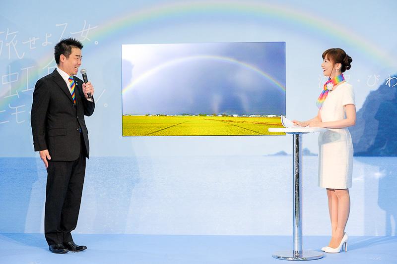 皆藤さんに虹や滋賀県の魅力を語る三日月知事