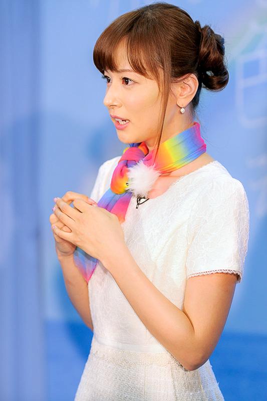 囲み取材で記者の質問に答える皆藤愛子さん。虹の魅力について、美しさだけでなく、すぐに消えてしまうはかなさも魅力だという