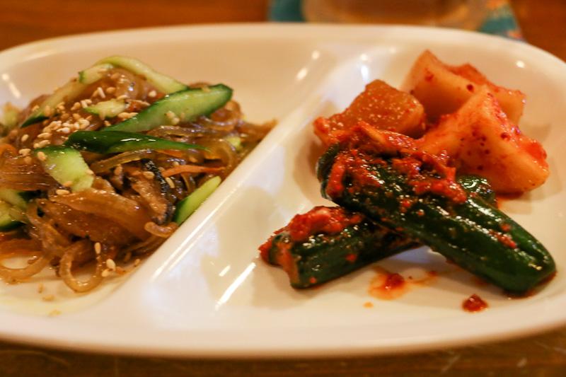 手作りキムチは本格派の韓国風味。白菜、大根、キュウリがある。持ち帰り用のパックも販売。単品500円、3種盛1000円