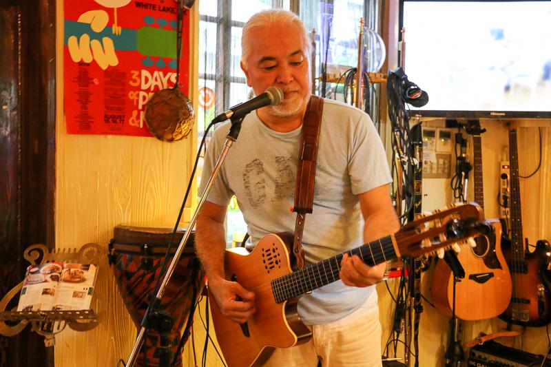 前田達也さんは、若手からベテランまで多くの人がリスペクトするミュージシャン。ホテルなどからの出演依頼も絶えない