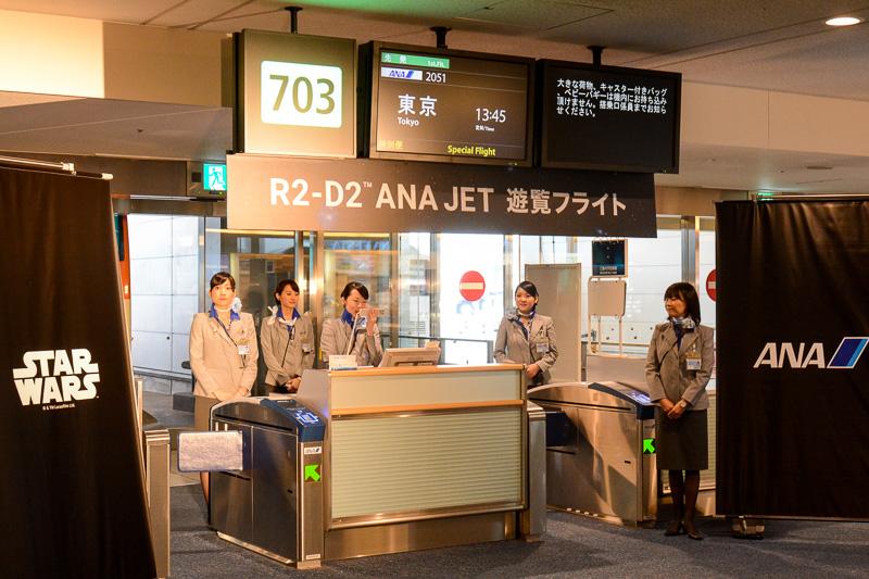 703番搭乗口のサインは、羽田空港発の便にも関わらず「東京」行き