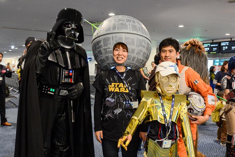 搭乗口前も撮影会場に。C-3POを神と崇めるイウォークや、デス・スターを挟んでダース・ベイダーと反乱軍のパイロット&C-3POが並ぶといったコラボも実現