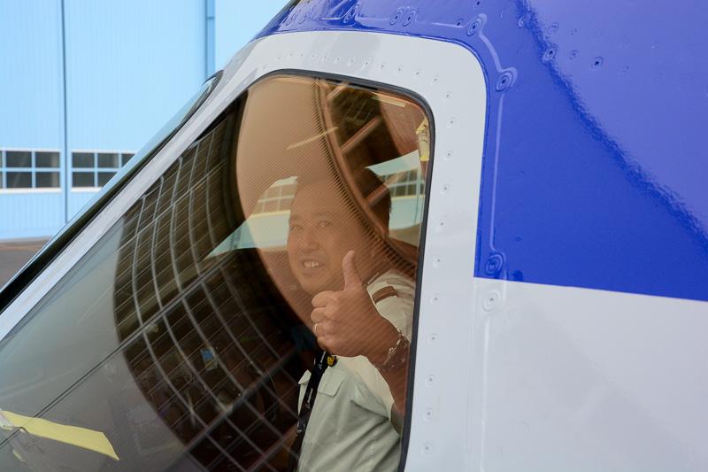 窓越しに撮影に応えてくれたキャプテン。サービスのよいキャプテンだな、とは思っていたのだが……(次項へ続く)