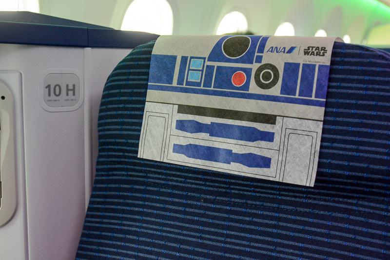機内のシートにはお土産が入った紙袋